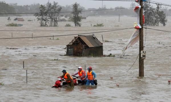 Десетки загинали във Виетнам при наводнения и свлачища