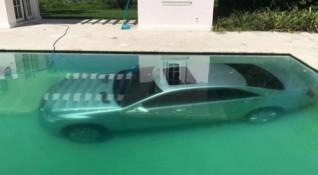 Модел потопи колата на бившия си в басейна му