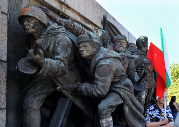 памятник советской армии в софии отмыли