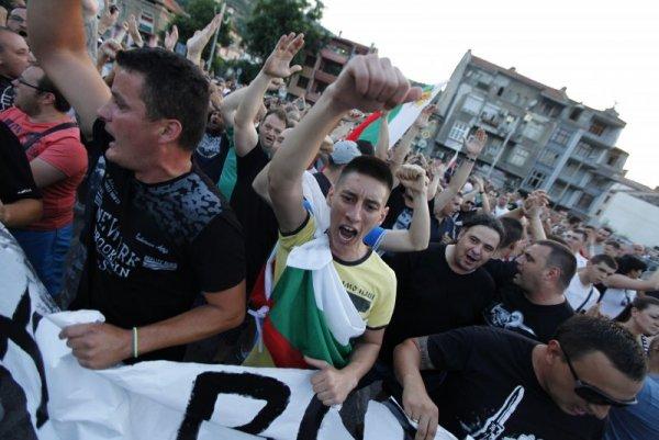 Резултат с изображение за Сблъсъци, агитки, рокери... Нощта на най-големия протест в Асеновград
