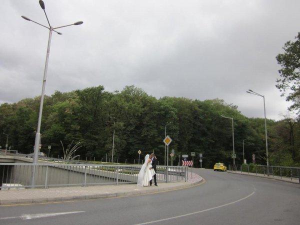 Сватбена снимка на колелото до телевизионната кула
