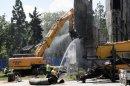 Къртене, тътен и прах: Пада и бетонът от паметника пред НДК
